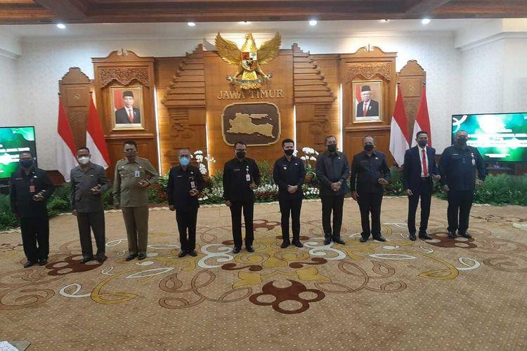 Wagub Jatim Emil Elistianto Dardak menyerahkan surat tugas Plh kepala daerah kepada 16 Sekretaris Daerah.