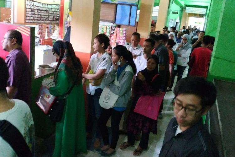 Meski telah dibagi menjadi 4 posko, antrean masih mengular di hari pertama pendaftaran PPDB 2019 DKI Jakarta di SMAN 78 Jakarta di Kemanggisan, Jakarta Barat (24/5/2019).