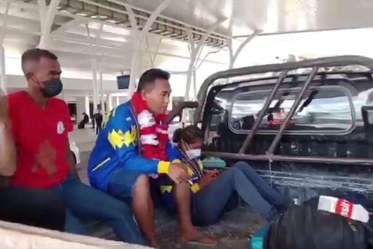 Peraih medali emas PON Papua bagi NTT, dari cabang olahraga Muaythai Susanti Ndapataka, bersama pelatihnya Angga Silitonga, tiba di Bandara El Tari Kupang, saat menumpang mobil pikap menuju rumah pelatihnya