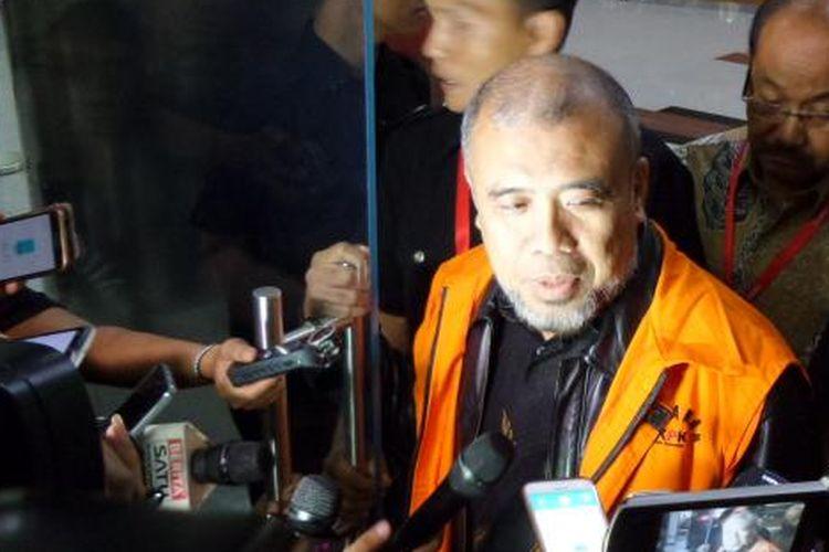 Hakim Konstitusi nonaktif Patrialis Akbar mengenakan rompi tahanan seusai diperiksa di Gedung KPK Jakarta, Rabu (22/2/2017).