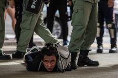 Peringati Satu Tahun Kekerasan Polisi, Sejumlah Warga Hong Kong Beraksi di Mal