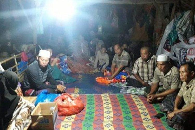 NGUNGSI - Puluhan warga Kurau menempati kandang ayam kosong di Pulausari sebagai tempat mengungsi. Mereka memilih tempat itu karena merasa nyaman.