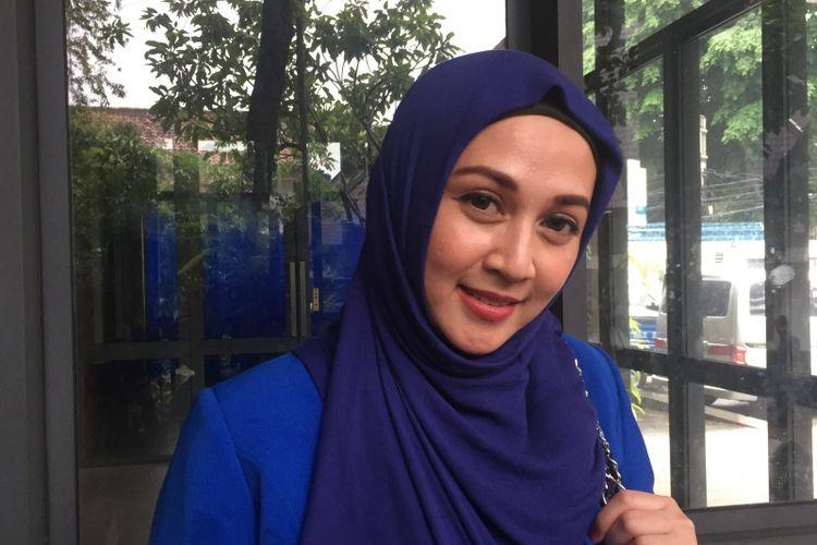 Dina Lorenza di Kantor DPP Partai Demokrat, Jalan Proklamasi, Jakarta Pusat, Minggu (28/1/2018).