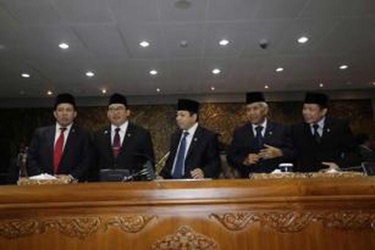 Ketua DPR Setya Novanto (tengah) bersama empat wakil ketua memimpin paripurna seusai dilantik dalam sidang pemilihan pimpinan DPR 2014-2019, di Gedung Rapat Paripurna Nusantara II DPR-RI, Senayan, Jakarta, Kamis (2/10/2014).