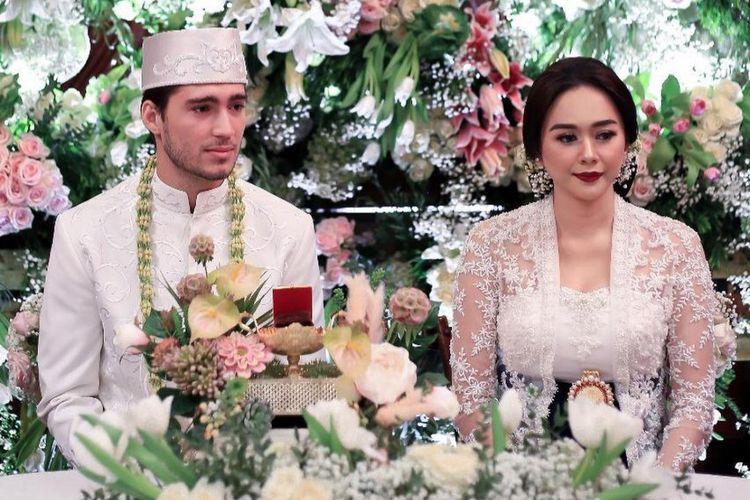 Aura Kasih melaksanakan akad nikah dengan Eryck Amaral di Jakarta pada 22 Desember 2012.