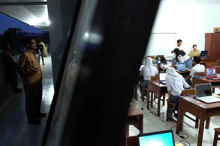 Sejumlah siswa SMA Negeri 4 Medan mengerjakan soal saat mengikuti Ujian Nasional Berbasis Komputer (UNBK) hari pertama, di Medan, Sumatera Utara, Senin (1/4/2019). Hingga menjelang malam para siswa di sekolah tersebut terus mengerjakan ujian soal Bahasa Indonesia karena jaringan komputer terserang virus, sementara sedikitnya 200 siswa lainnya tidak dapat mengikuti ujian.