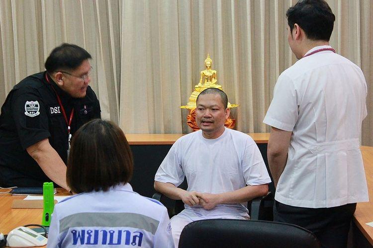 Foto yang dirilis Departemen Investigasi Khusus (DSI) setahun lalu ini memperlihatkan mantan biksu Wiraphon Sukphon tengah memberi keterangan kepada para petugas DSI.