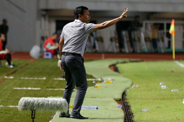 Pelatih Bali United Widodo Cahyono Putro memberi arahan pada pertandingan lanjutan Liga 1 melawan PS TNI di Stadion Pakansari, Cibinong, Bogor, Senin (10/7/2017). Bali United menang setelah menundukkan PS TNI dengan skor akhir 4-3.