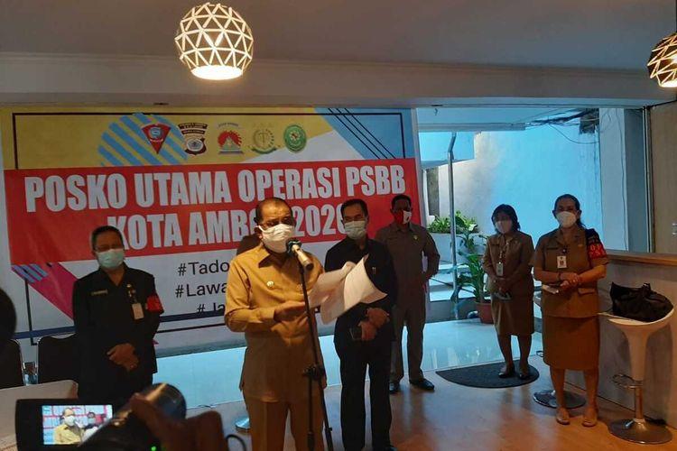 Wali Kota Ambon, Richard Louhenapessy didampingi Wakil Wali Kota AMbon Syarif Hadler dan Sekretaris Kota Anthony Gustav Latuheru saat memberikan keterangan kepada wartawan di Kantor Wali Kota AMbon, Senin sore (24/8/2020)