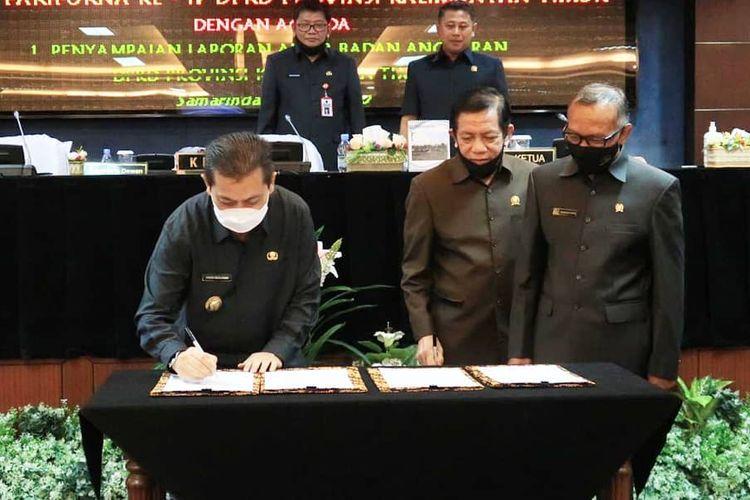 Wakil Gubernur Kaltim Hadi Mulyadi menandatangani nota kesepahaman didampingi Ketua DPRD Kaltim Makmur HPAK di Lantai VI Gedung DPRD Kaltim, Selasa (14/7/2020).