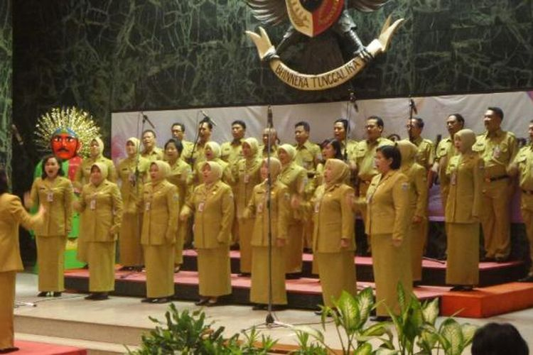 PNS DKI mengikuti lomba paduan suara Mars Revolusi Mental di Balai Kota DKI Jakarta, Selasa (24/1/2017).