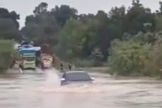 Innova Nekat Terabas Banjir dengan Ketinggian Air hingga Kap Mesin