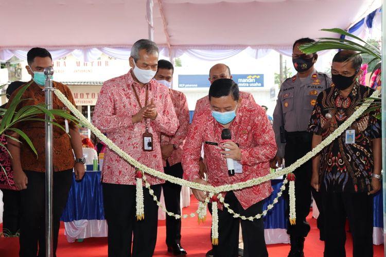 Pelaksana Tugas Bupati Wonogiri Edy Santosa memotong pita sebagai tanda peresmian Kantor Pembantu Cabang Bank Jateng di Kecamatan Jatisrono.