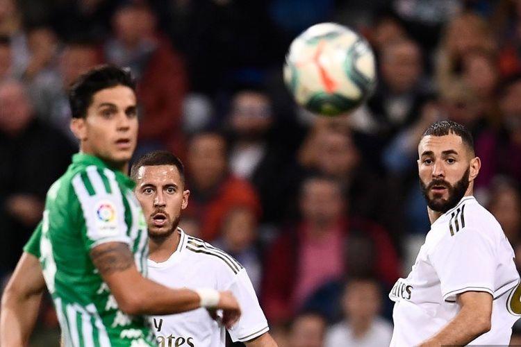Eden Hazard dan Karim Benzema tampak tengah mengamati arah bola pada pertandingan Real Madrid vs Real Betis dalam lanjutan La Liga Spanyol di Stadion Santiago Bernabeu, 2 November 2019,