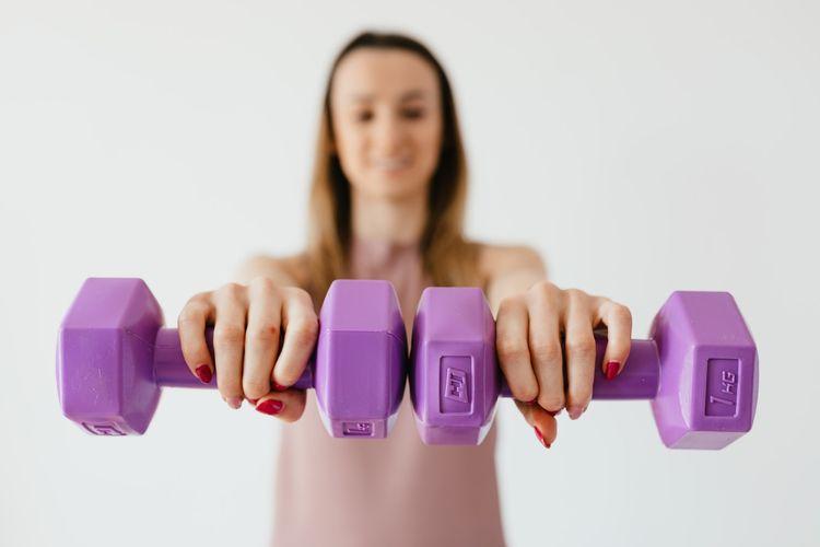 Ilustrasi berolahraga di rumah, peralatan olahraga di rumah.