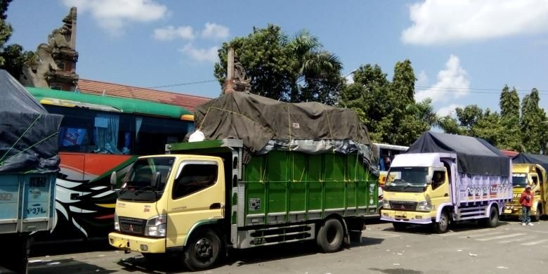 Truk yang menunggu antrean di Pelabuhan Gilimanuk, Senin(4/7/2016)
