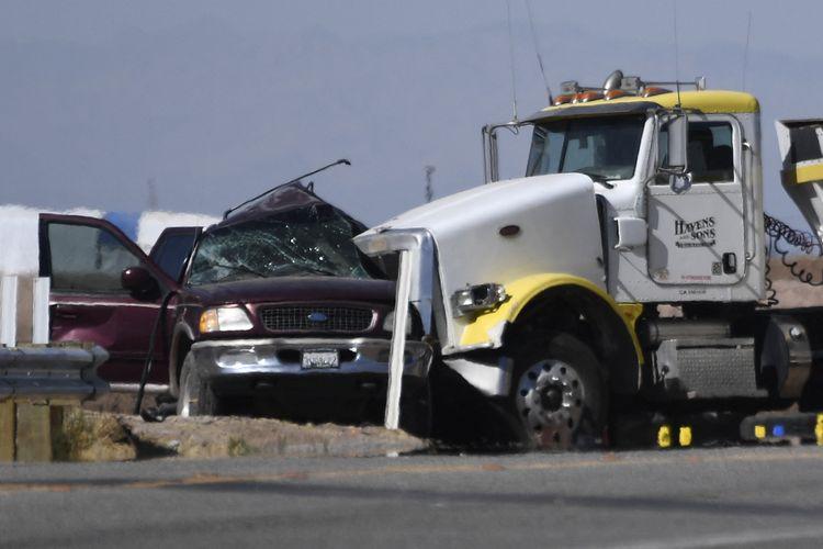 Sebuah mobil SUV yang bertabrakan dengan truk di dekat Holtville, California, pada 2 Maret 2021. Kecelakaan ini setidaknya menewaskan 13 orang dan yang lainnya luka-luka. Mobil SUV tersebut berisi 25 penumpang.