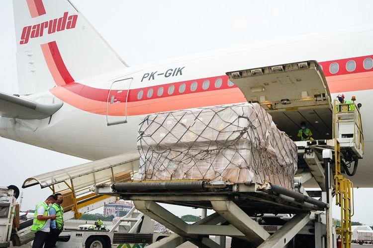 Garuda Indonesia mengangkut oxygen concentrator dari Shanghai ke Jakarta, Selasa (13/7/2021).