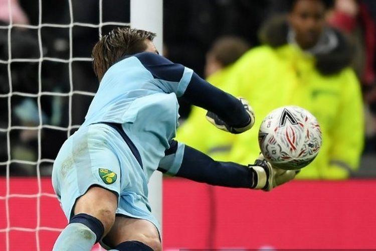 Kiper Norwich City, Tim Krul, menyelamatkan tendangan penalti dari pemain Tottenham Hotspur pada Rabu (4/3/2020) waktu setempat di Tottenham Hotspur Stadium.