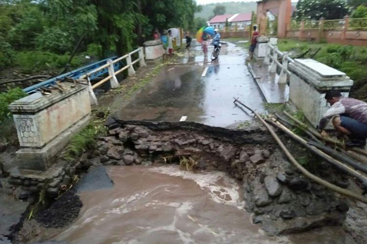 Kondisi jembatan di Desa Boro, Kecamatan Sanggar, Kabupaten Bima yang terputus dihantam banjir bandang pada Sabtu sore (16/3)
