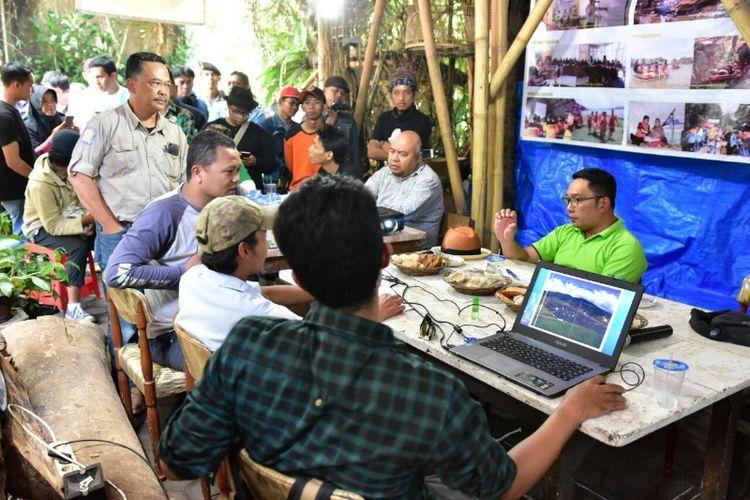Calon gubernur Jawa Barat nomor urut 1, Ridwan Kamil saat berdiskusi dengan komunitas peduli bencana, Yayasan Rancage Jaga Balai membahas kondisi banjir Bandung Selatan di Kecamatan Majalaya, Rabu (28/3/2018).