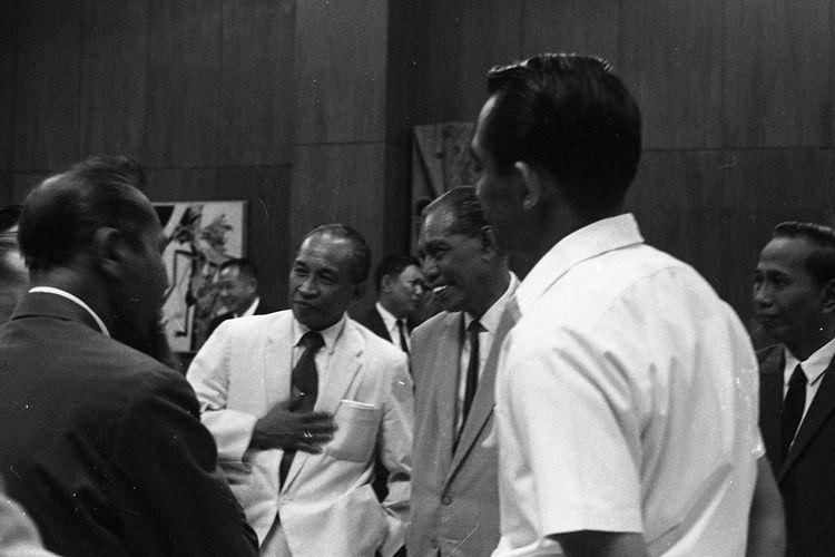 Gubernur DKI Letjen Ali Sadikin sedang berbincang dengan mantan Gubernur DKI dr H Soemarno Sosroatmodjo 1963-1966