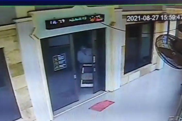 Aksi pencurian uang kotak amal terjadi di sebuah satu musala di Jalan Madrasah, Kelurahan Susukan, Kecamatan Ciracas, Jakarta Timur. Aksi itu terekam closed-circuit television (CCTV), Jumat (27/8/2021), pukul 16.00 WIB.