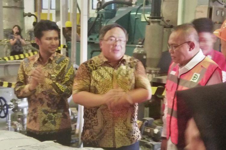 Menristek dan Kepala BRIN Bambang Brodjonegoro (tengah), di sela agenda komisioning pilot project yang dilaksanakan di pabrik PT Garam, Gresik.