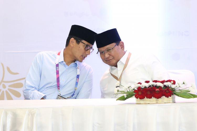 Pasangan calon presiden dan wakil presiden Prabowo Subianto (kanan) dan Sandiaga Uno dalam acara pengundian dan penetapan nomor urut pasangan calon presiden dan wakil presiden Pemilu 2019 di Komisi Pemilhan Umum, Jakarta, Jumat (21/9/2018). Pasangan ini mendapatkan nomor urut 02.