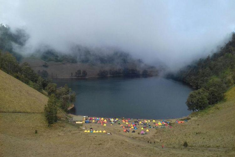 Eksotika Ranu Kumbolo, salah satu danau di jalur pendakian Gunung Semeru, Jawa Timur, Sabtu (23/9/2017).