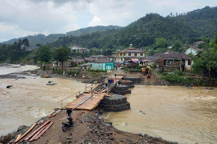 Sejumlah warga tengah mengerjakan bagian jembatan yang belum selesai Jumat (16/4/2021), jembatan di jalan milik Provinsi Banten tersebut dibangun swadaya oleh warga.