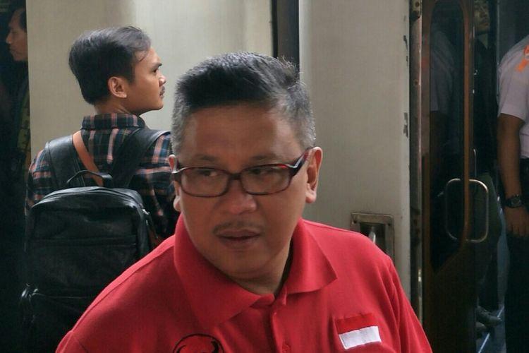 Sekjen PDI-P Hasto Kristiyanto saat melepas mudik bersama PDI-P di Stasiun Pasar Senen, Jakarta, Selasa (12/6/2018).