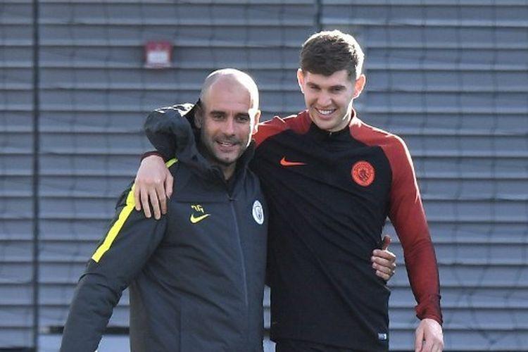 Pep Guardiola (kiri) bersama John Stones (kanan) di Manchester City.