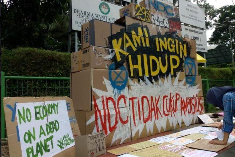 Extinction Rebellion Indonesia menggelar Kardus Strike dalam rangkaian aksi aksi ?Fight for 1 Point 5? di depan lobi gedung Kementerian Lingkungan Hidup dan Kehutanan, Jakarta, Jumat (11/12/2020).