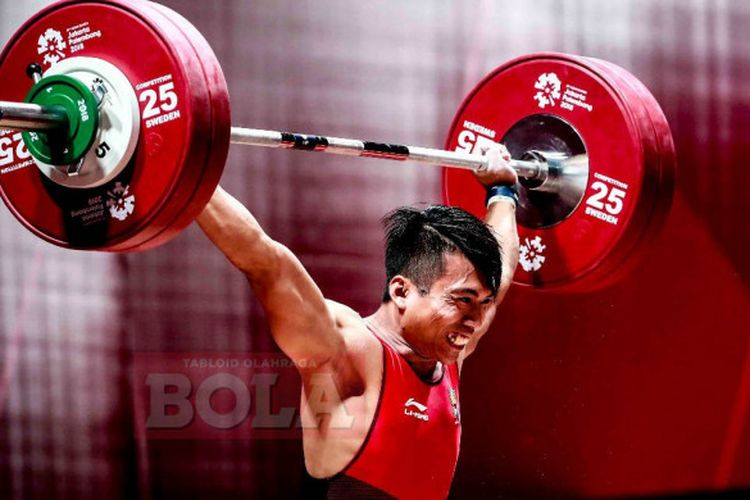 Lifter Indonesia, Deni, saat tampil pada final Grup B nomor 69 kilogram putra Asian Games 2018 di Hall A JIExpo Kemayoran, Jakarta, Rabu (22/8/2018)