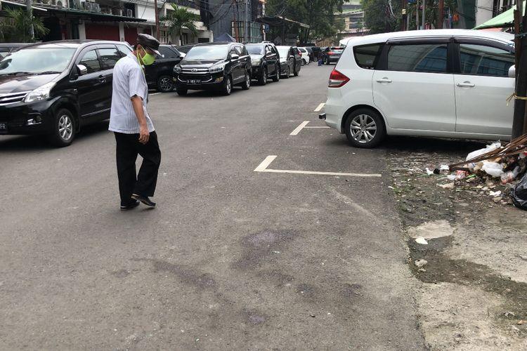 Sisa-sisa bercak darah bekas pengeroyokan di depan sebuah kafe di Jalan Falatehan, Kebayoran Baru, Jakarta Selatan masih terlihat pada Senin (19/4/2021) siang.