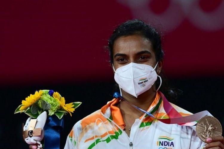 Tunggal putri India, Pusarla Venkata Sindhu, berpose dengan medali perunggu Olimpiade Tokyo 2020.