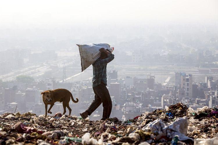 Beginilah kondisi tempat pembuangan sampah Ghazipur, New Delhi, India. Lokasi ini seharusnya ditutup pada 2002 karena sudah mencapai batas daya tampungnya. Namun, tak ada alternatif lokasi lain membuat ribuan ton sampah New Delhi setiap hari masih dibuang ke lokasi ini.