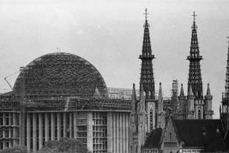 Gereja Katedral dengan latar kubah Masjid Istiqlal yang belum selesai dibangun.