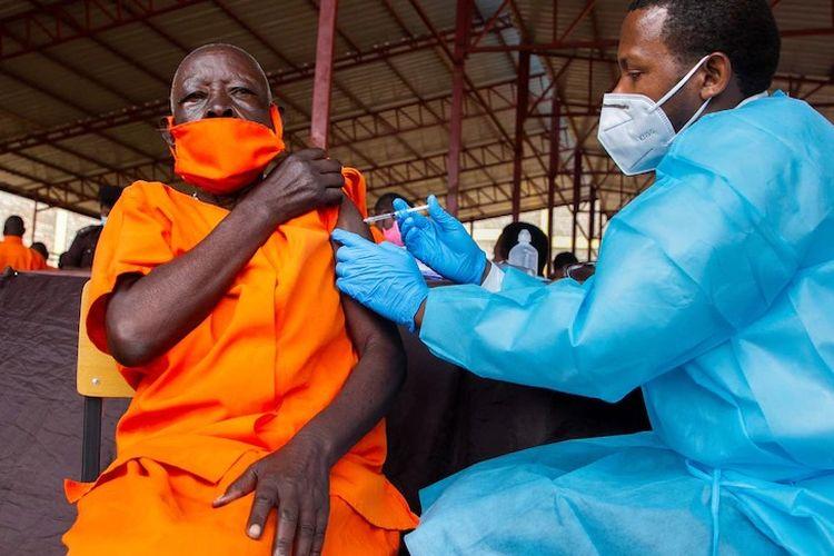 Narapidana seperti narapidana lansia ini termasuk di antara kelompok berisiko tinggi yang diprioritaskan dalam peluncuran vaksin Covid-19 gelombang pertama di Rwanda. [Cyril Ndegeya/Xinhua Via ABC Indonesia]