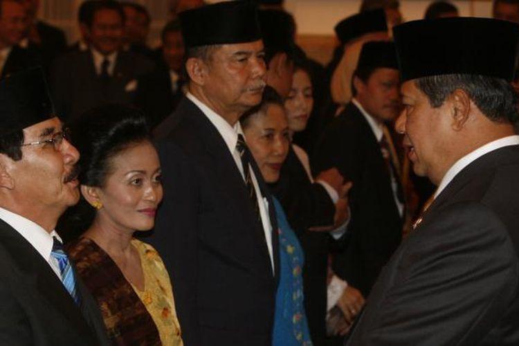 Presiden Susilo Bambang Yudhoyono memberikan ucapan selamat kepada Ketua Komisi Pemberantasan Korupsi (KPK) yang baru, Antasari Azhar (kiri), seusai melantik pimpinan KPK periode 2007-2011 di Istana Negara, Jakarta, Selasa (18/12/2007).