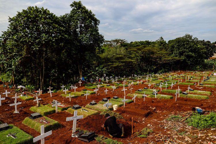 Petugas pemakaman beraktivitas di TPU Pondok Rangon, Jakarta Timur, Kamis (21/5/2020). Pemprov DKI Jakarta telah menyiapkan dua tempat pemakaman umum (TPU) untuk memakamkan pasien terjangkit virus corona (Covid-19) yang meninggal dunia, yakni di TPU Tegal Alur di Jakarta Barat dan TPU Pondok Ranggon di Jakarta Timur. Jenazah yang dapat dimakamkan di sana, yakni yang berstatus pasien dalam pengawasan (PDP) dan berstatus positif terjangkit virus corona.