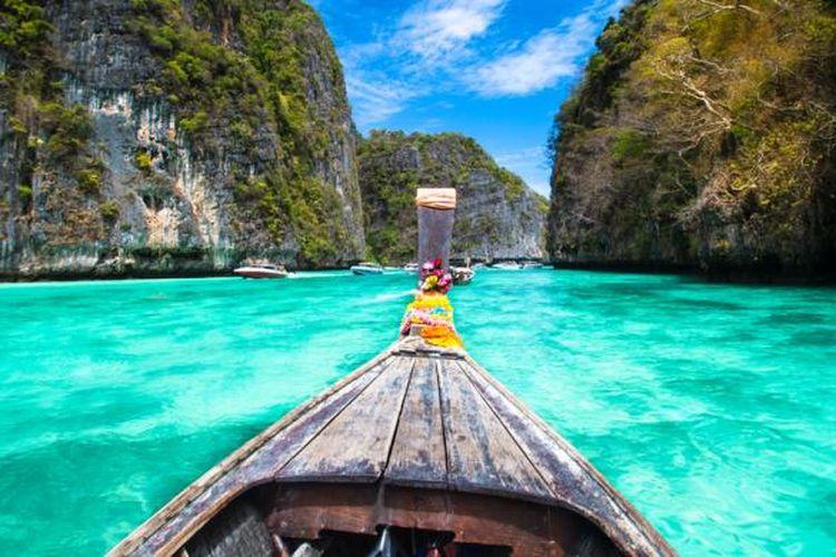 Perahu di perairan Phi Phi, Thailand.