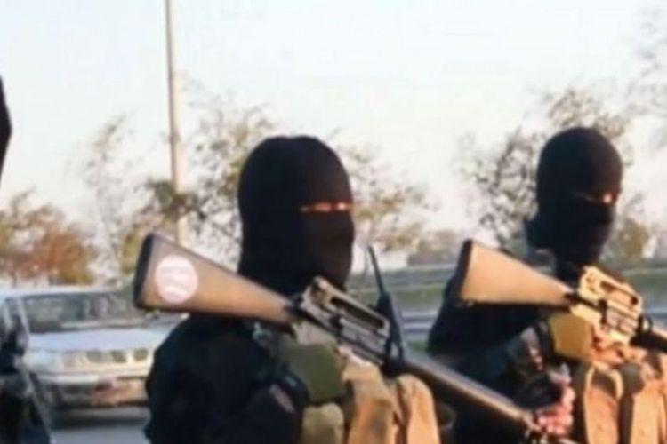 Sekelompok milisi Negara Islam Irak dan Suriah (ISIS) ketika hendak melakukan eksekusi pada 2014 di Tikrit, Irak.