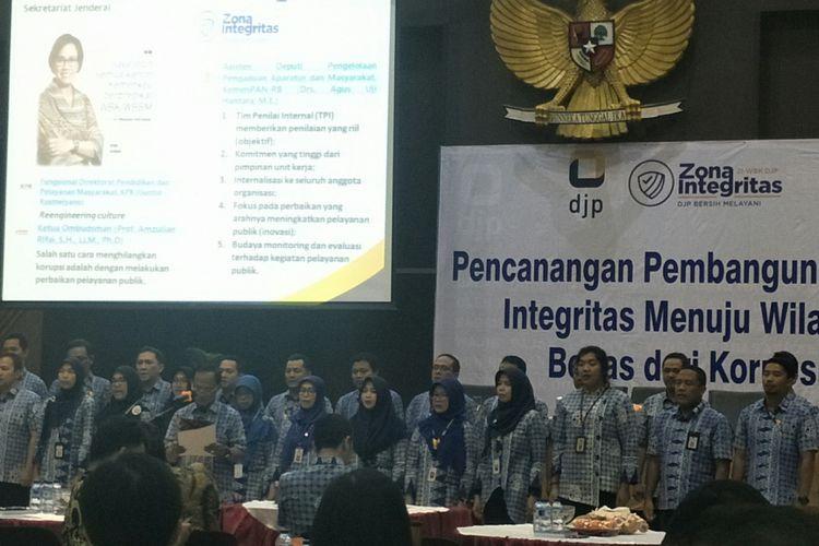 Pegawai KPP Madya Jakarta Pusat saat deklarasi pencanangan zona integritas menuju wilayah bebas korupsi, Jakarta, Selasa (5/3/2019)