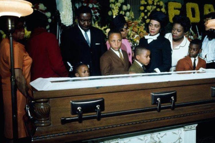 Keluarga menghadiri pemakaman Martin Luther King Jr di Atlanta, Georgia pada 1968.