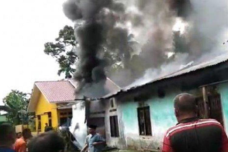 Sebuah pabrik mancis di Jalan T Amir Hamzah, Desa Sambirejo, Binjai, Sumatera Utara, terbakar, Jumat (21/6/2019).