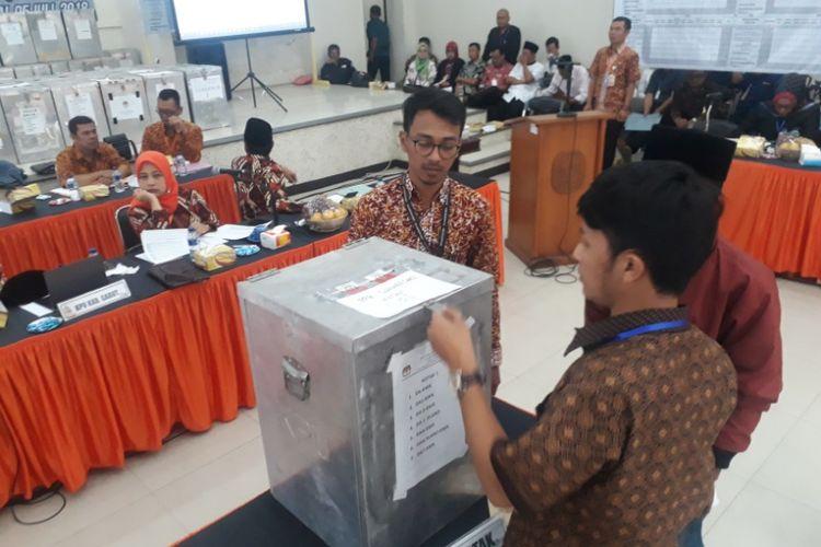 Anggota PPK membuka kotak suara dalam rapat pleno penghitungan suara KPU Garut, Kamis (5/7/2018).