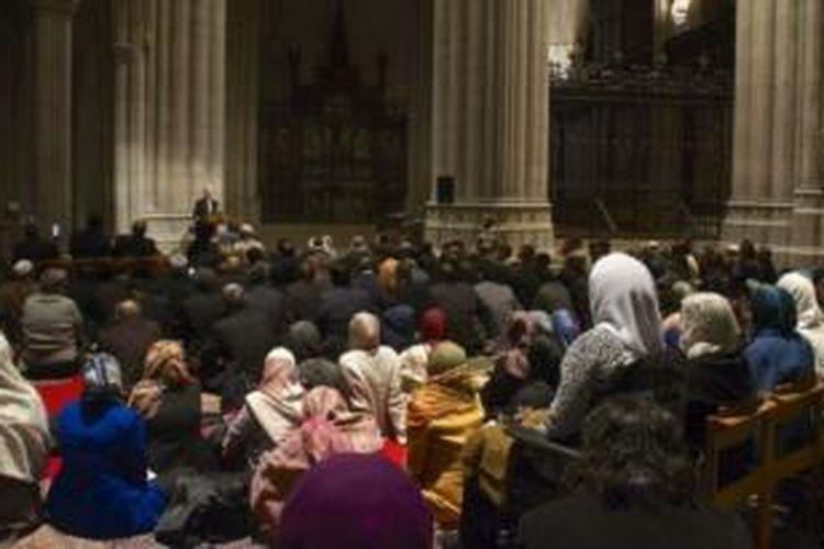 Umat muslim AS mendengarkan Khutbah Jumat di Gereja Nasional Kathedral Washington di Washington DC hari Jumat (14/11/2014).