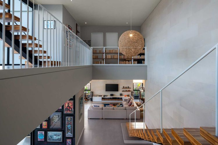 Anak tangga dari material kayu, rumah minimalis modern karya Erwin Kusuma